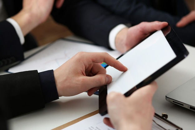 Zakenlieden die financieel overzicht lezen bij tabletpc