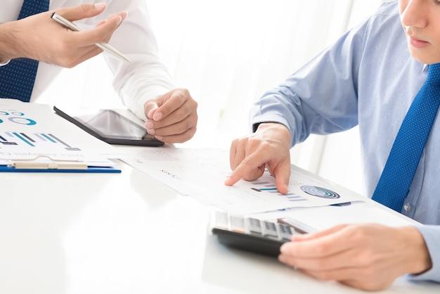 Zakenlieden die financiële documenten bespreken