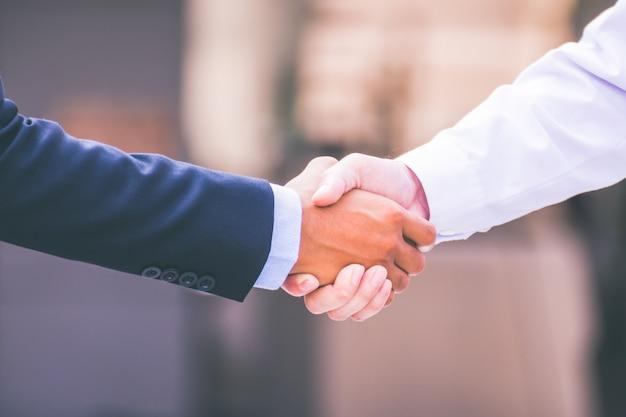 Zakenlieden die handdruk maken. concept succesvolle zakenmensen
