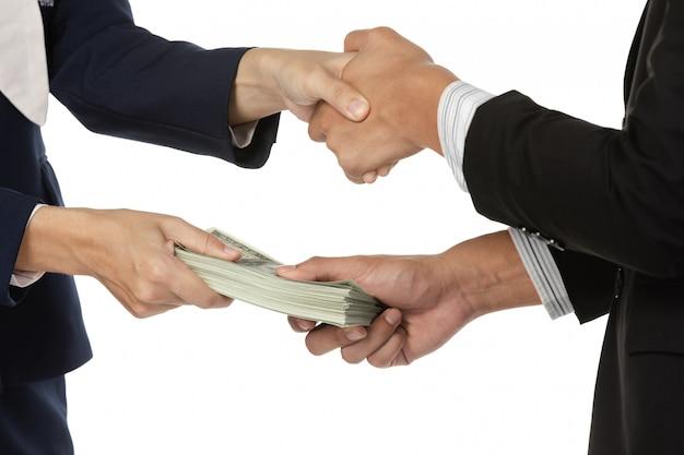 Zakenlieden die handdruk met geld in handen maken