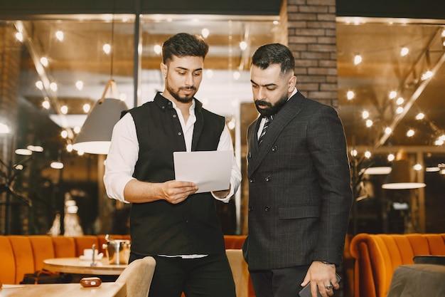 Zakenlieden die in een café werken