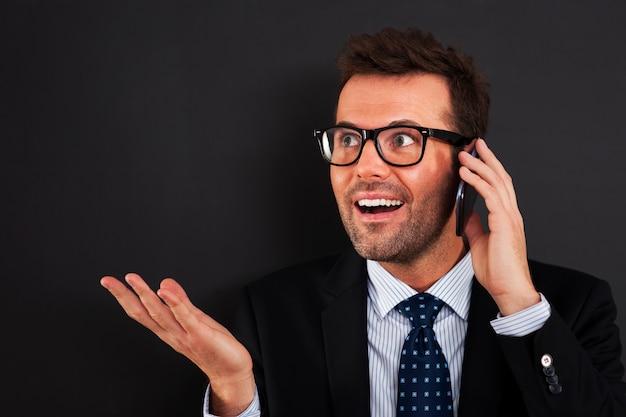 Zakenlieden die op mobiele telefoon bespreken