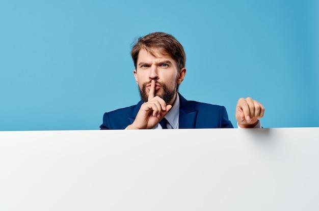 Zakenlieden die reclame maken voor presentatiestudio met witte banner