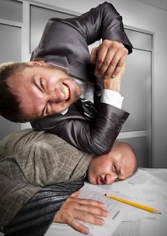 Zakenlieden die vechten op kantoor