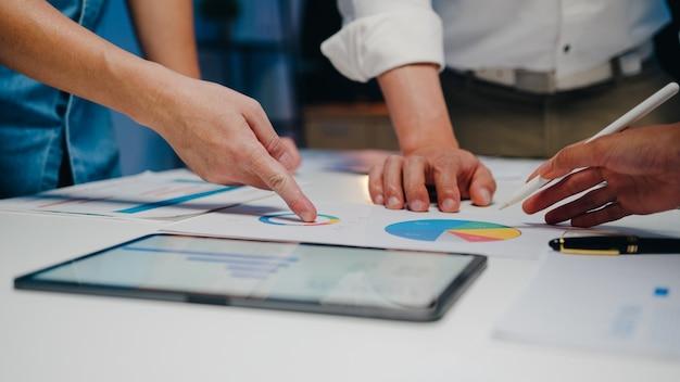 Zakenlieden en zakenvrouwen die brainstormideeën ontmoeten
