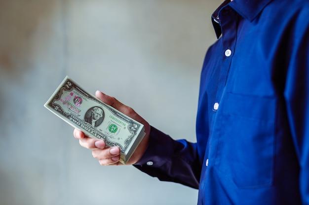 Zakenlieden gebruiken contant geld om te winkelen en zaken te doen