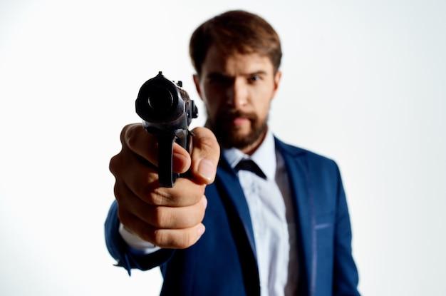 Zakenlieden geheim agent met een pistool in de handen van een misdaad geïsoleerde achtergrond