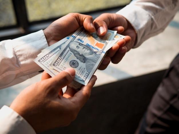 Zakenlieden geven geld aan zijn partner, bedrijfsconcept.