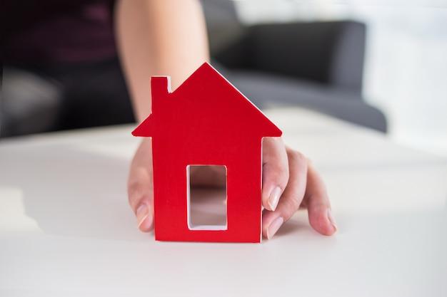 Zakenlieden houden huis model in de hand