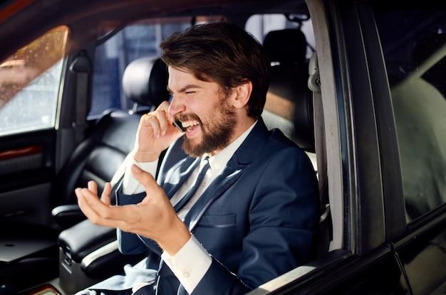 Zakenlieden in een pak in een auto een reis naar het werk rijk