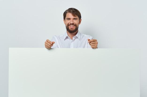 Zakenlieden in een wit t-shirt mocap poster korting reclame copy-space studio. hoge kwaliteit foto
