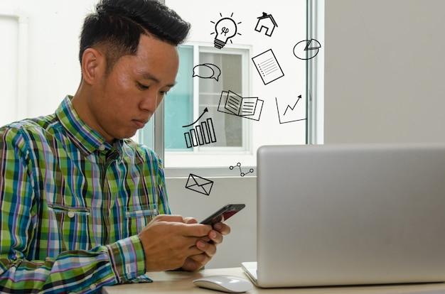 Zakenlieden kijken naar informatie op smartphones om ideeën te vinden voor het laten groeien van zaken aan het bureau