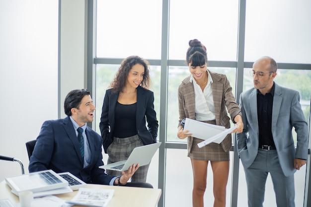 Zakenlieden mensen bespreken op kantoor tijdens zakelijke bijeenkomst