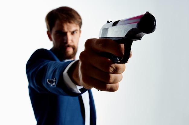 Zakenlieden met een pistool in de hand misdaad detective moordenaar lichte achtergrond