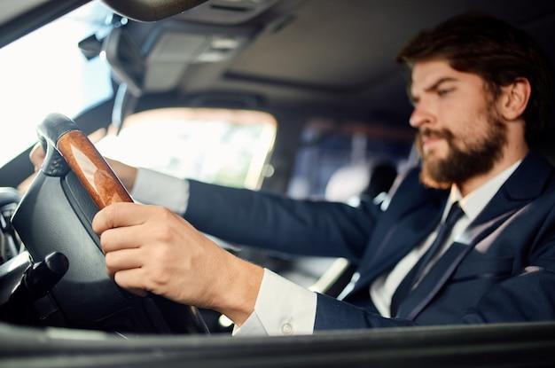 Zakenlieden officiële passagier chauffeur wegcommunicatie via de telefoon