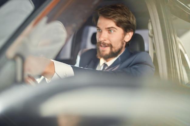 Zakenlieden officiële passagierschauffeur weg succes service rijk