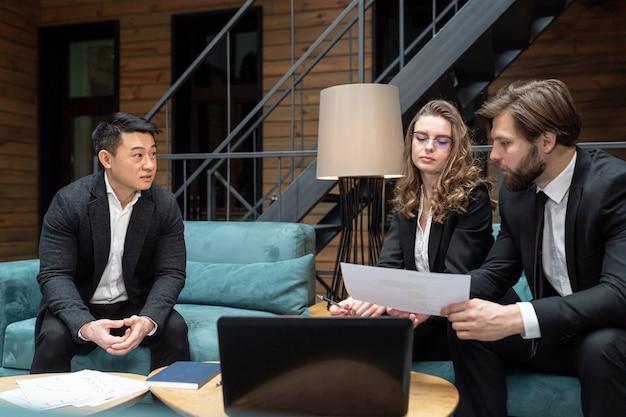 Zakenlieden overwegen een zakelijk contractaanbod op het gebied van it-technologieën en het verlenen van juridische adviesdiensten