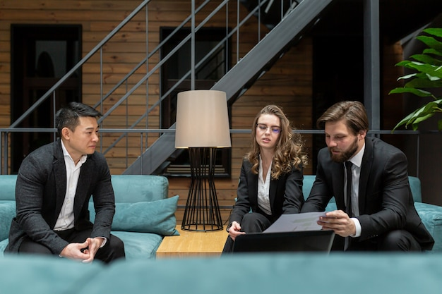 Zakenlieden overwegen een zakelijke contractaanbieding op het gebied van it-technologieën en het verstrekken van juridisch advies