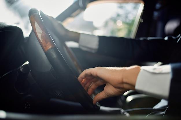 Zakenlieden rijden een autorit luxe levensstijl communicatie via de telefoon