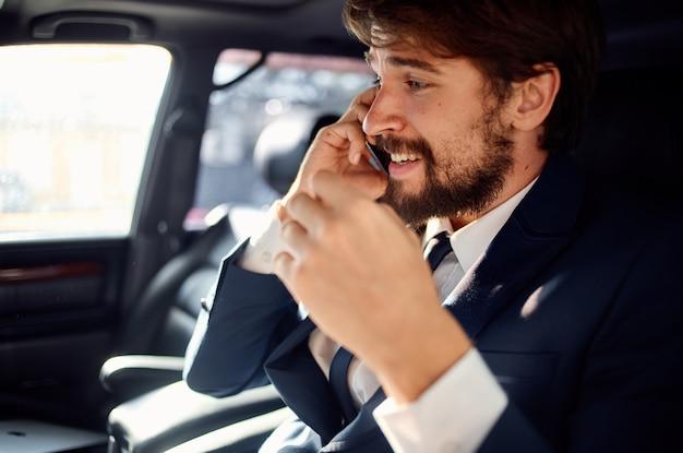 Zakenlieden rijden een autorit luxe levensstijl zelfvertrouwen