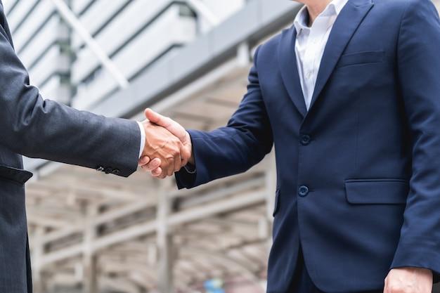 Zakenlieden schudden handen met bereiken een overeenkomst voor het bedrijfsleven