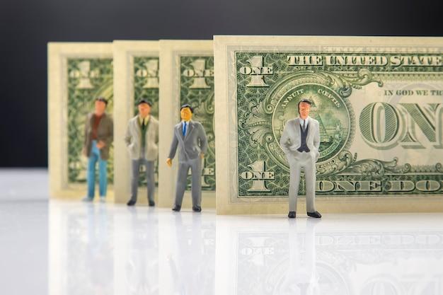 Zakenlieden staan dichtbij dollargeld