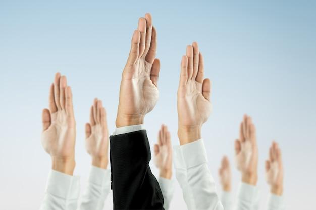 Zakenlieden staken hun hand op om de viering van de organisatie te winnen.