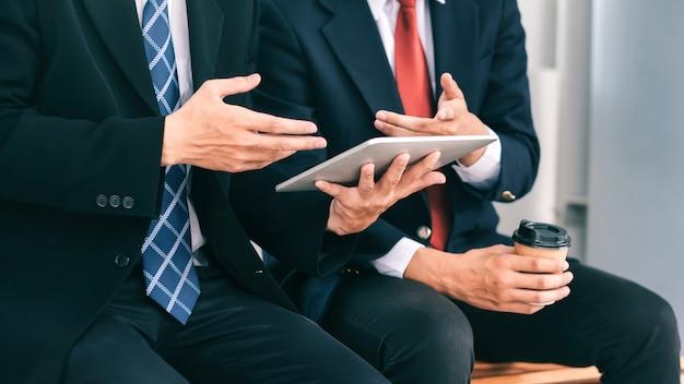 Zakenlieden teamwerkvergadering om de investering te bespreken.