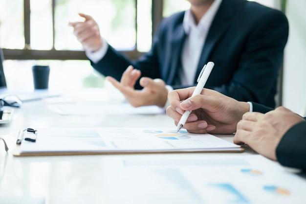 Zakenlieden teamwork bijeenkomst om de investering te bespreken.