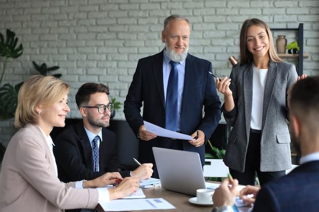 Zakenlieden teamwork brainstormvergadering om plannen van de investering te bespreken.