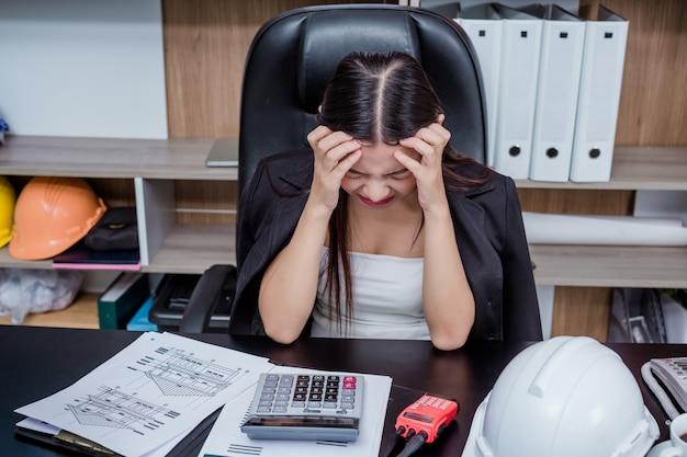 Zakenlieden, vrouwen die op kantoor werken met stress en vermoeidheid.