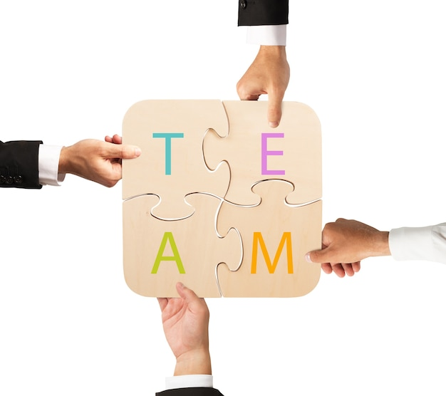 Zakenlieden werken samen om een gekleurde puzzel te bouwen. concept van team dat samenwerkt