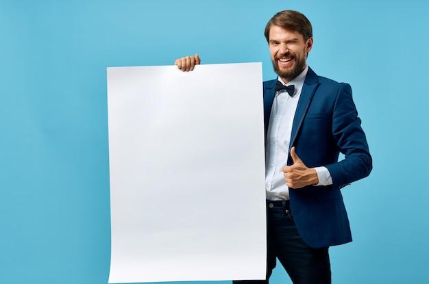 Zakenlieden witte banner in de hand blanco blad presentatie copyspace studio