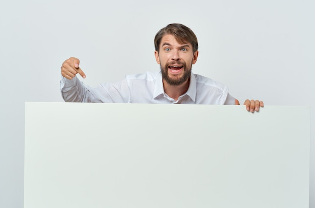Zakenlieden witte banner in de hand blanco blad presentatie geïsoleerde achtergrond. hoge kwaliteit foto