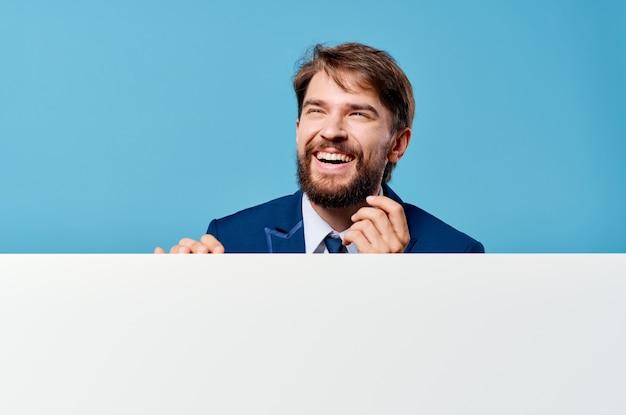 Zakenlieden witte mockup poster in de hand reclamestudio