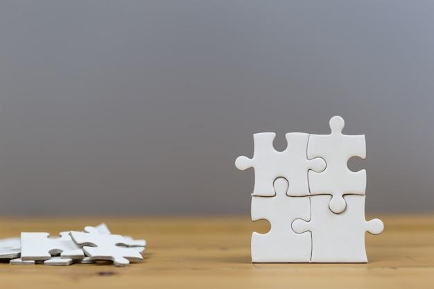 Zakenlieden zetten het laatste puzzelstukje, het zakelijke dienstverleningsconcept tot een succes.