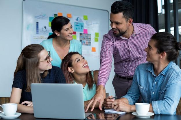 Zakenlui die bespreking hebben tijdens vergadering in mensen