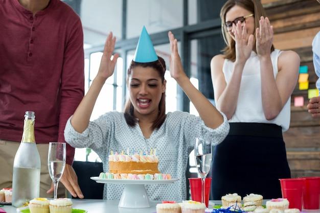 Zakenlui die de verjaardag van hun collega's vieren