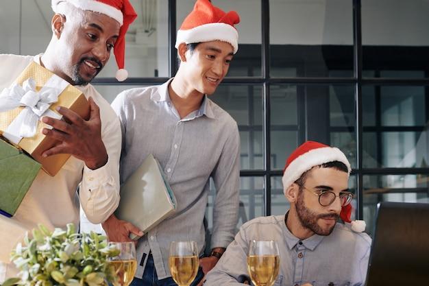 Zakenlui die het werk aan kerstmis beëindigen
