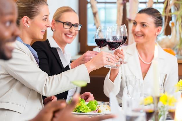Zakenlunch in restaurant met eten en wijn