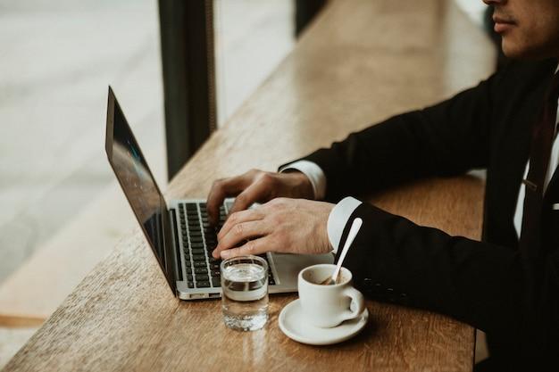 Zakenman aan het werk in een café