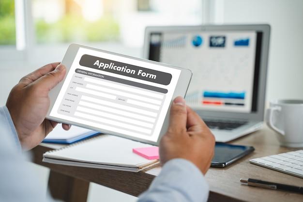 Zakenman aan het werk op laptop gebruik online web job application form moniter