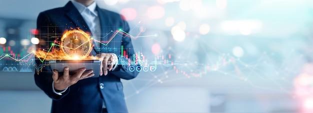 Zakenman aangesloten op netwerk en gouden bitcoin in brand en groei financiële cryptocurrency