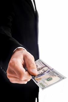 Zakenman aanhouden van geld op witte muur