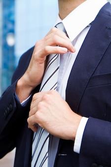 Zakenman aanpassen stropdas