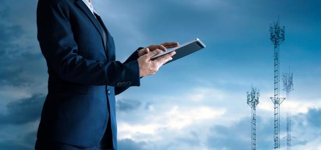 Zakenman aanraken van de tablet en pictogram bedrijf groeit.