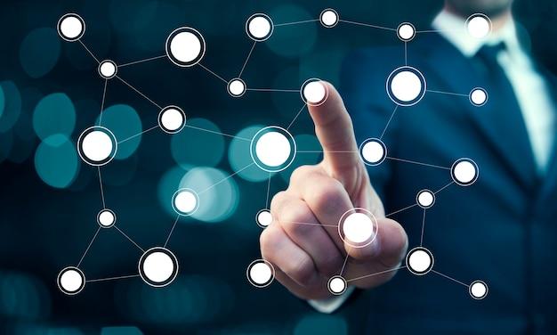 Zakenman aanraken van netwerk in het scherm