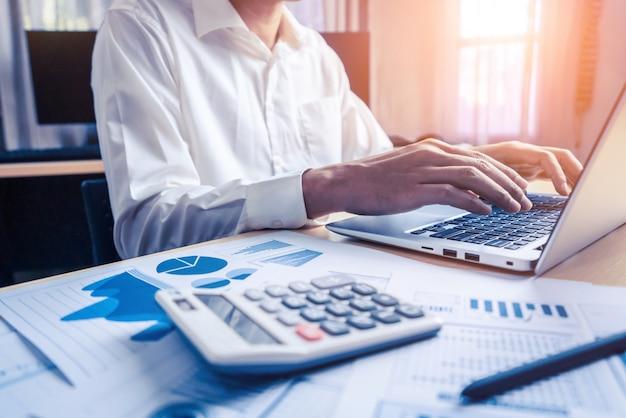 Zakenman accountant of financieel deskundige analyseren bedrijfsrapportgrafiek en financiëngrafiek op hoofdkantoor. concept van financiëneconomie, bankzaken en beursonderzoek.