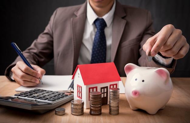Zakenman agent aanbod te koop thuis