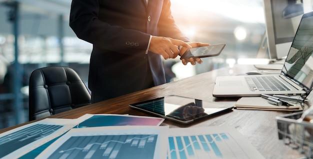 Zakenman analyse verkoopgegevens en economische groei grafiek digitale marketing strategie en planning
